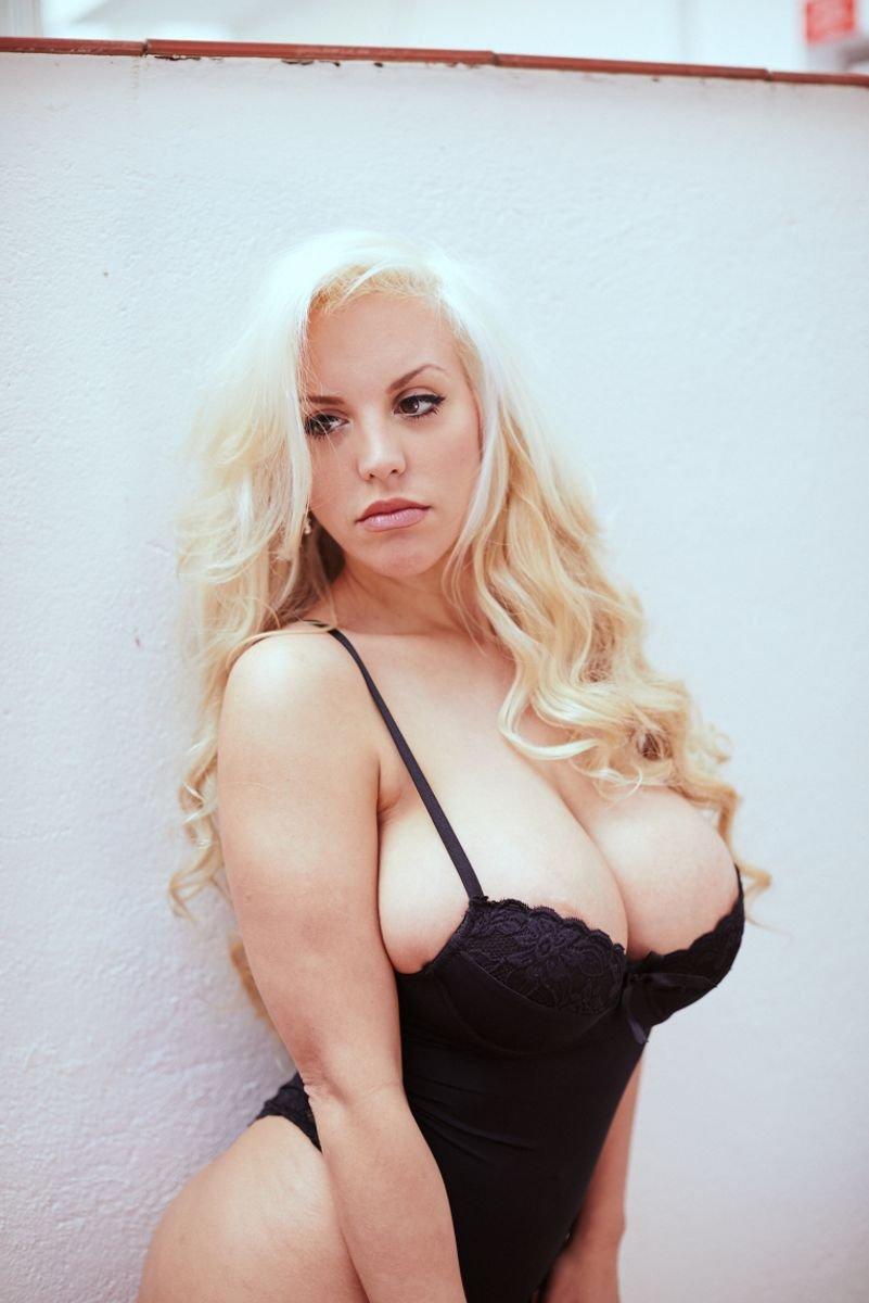 Blondi fesser